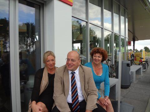 VVD-er Jeanine Hennis-Plasschaert, staatssecretaris Fred Teeven, BETA-voorzitter Petra van Stijn