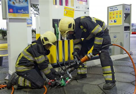 shell, greenpeace, actie, tankstation, brandweer