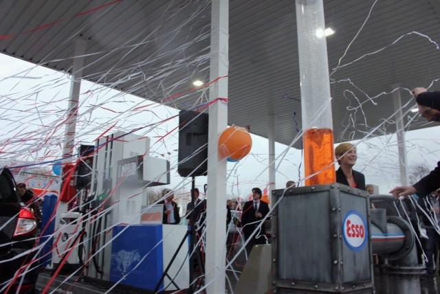 feestelijke opening Esso Almere Buiten Oost, Van Staveren