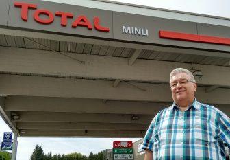 Huub Minten bij het Total-tankstation in Landgraaf