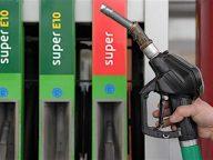 """ARCHIV- ILLUSTRATION - Eine Zapfpistole wird am 04.02.2011 an einer Tankstelle in Bayreuth (Oberfranken) vor die Super-Benzin bzw. die Super-E10-Beschriftung einer Zapfsäule gehalten.  Nach wochenlanger Unklarheit lichten sich die Nebel um die Folgen des Bio-Kraftstoffes E10. Rund drei Millionen Autofahrer müssen auf teures Superbenzin mit 98 Oktan umsteigen. Darum gibt es Streit. Foto: David Ebener dpa (zu dpa-Korr.: """"Bio-Benzin E10: Millionen Autofahrer müssen auf teure Sorte umsteigen"""" vom 20.02.2011)  +++(c) dpa - Bildfunk+++"""